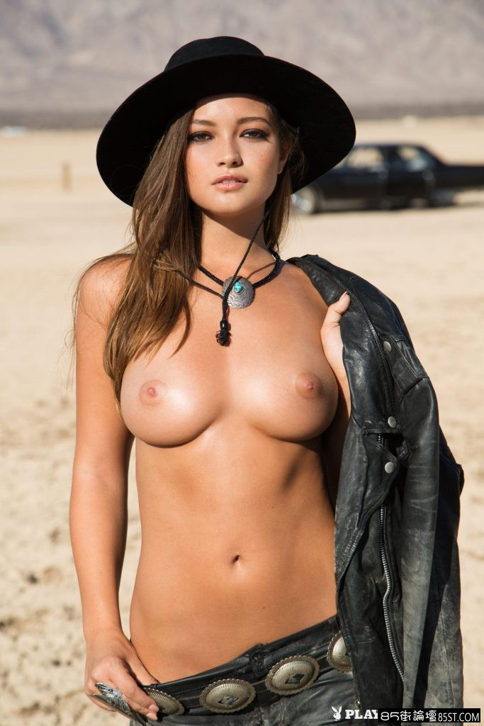 smoking-hot-cowgirl-enjoys-the-sunset-without-her-top-02.jpg